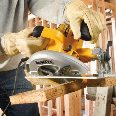 DEWALT 7-1 4-Inch Circular Saw with Electric Brake, 15-Amp (DWE575SB) - cutting wood