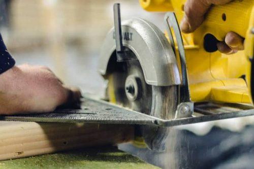 circular saw turned on